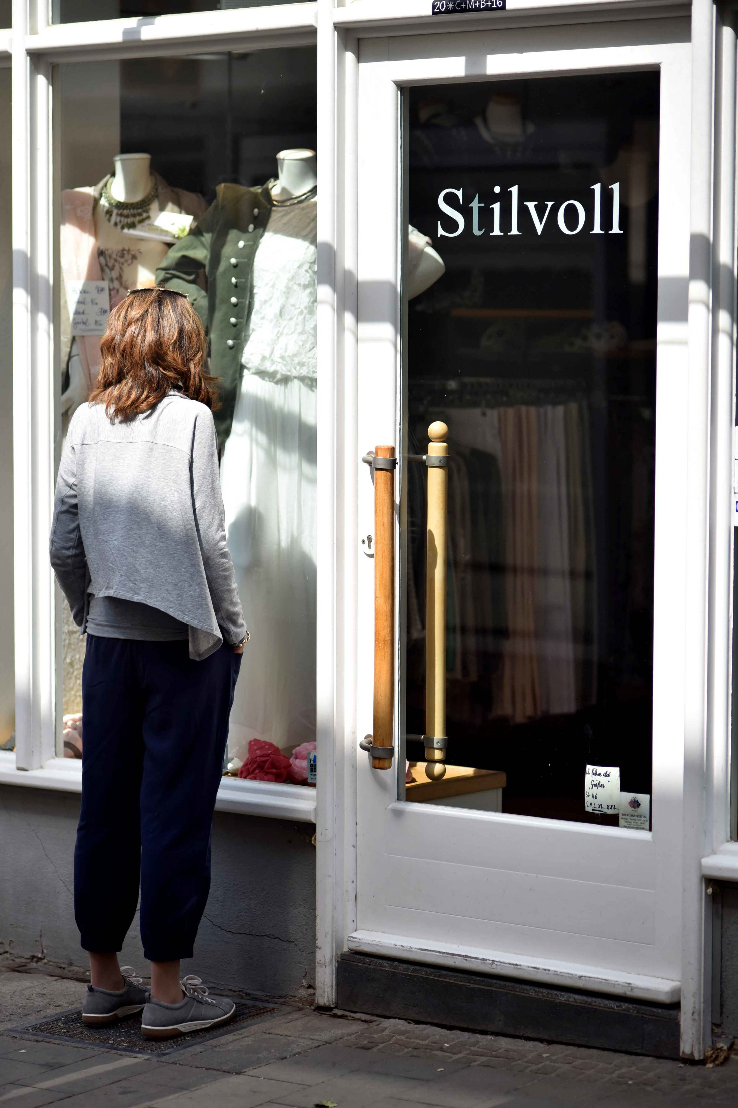 Stilvol  in English means full of style. Eileen Fisher Cropped Tapered Lightweight Tencel Twill Pants in Midnight, Eileen Fisher Funnel Neck Drapey Tencel Terry Cropped Top in Moon. Image©sourcingstyle.com, Photo: Nicola Nolting