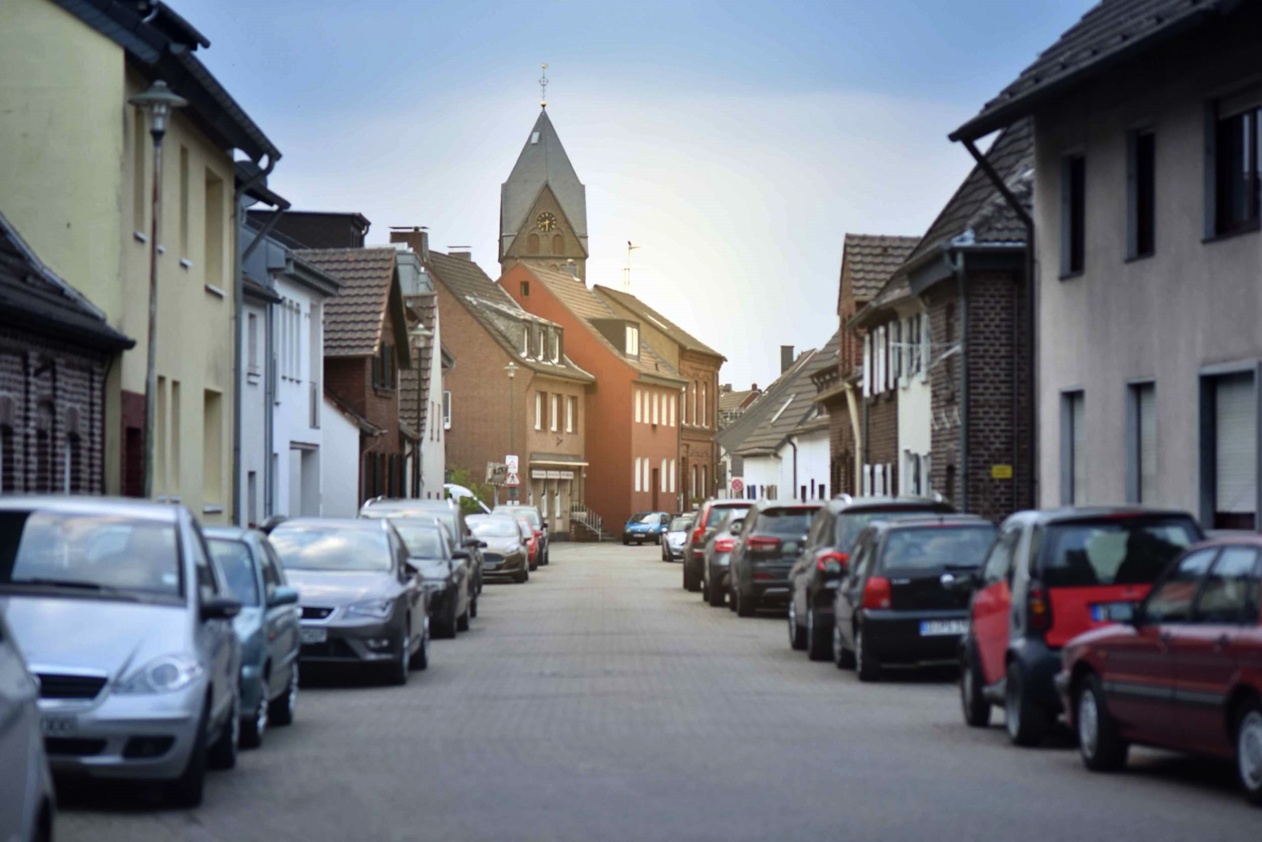 Village near Düsseldorf, Germany, pink trench, Ralph Lauren white tee, star scarf, Prada tote, Gucci sunglasses. Photo: Nicola Nolting, Image©sourcingstyle.com