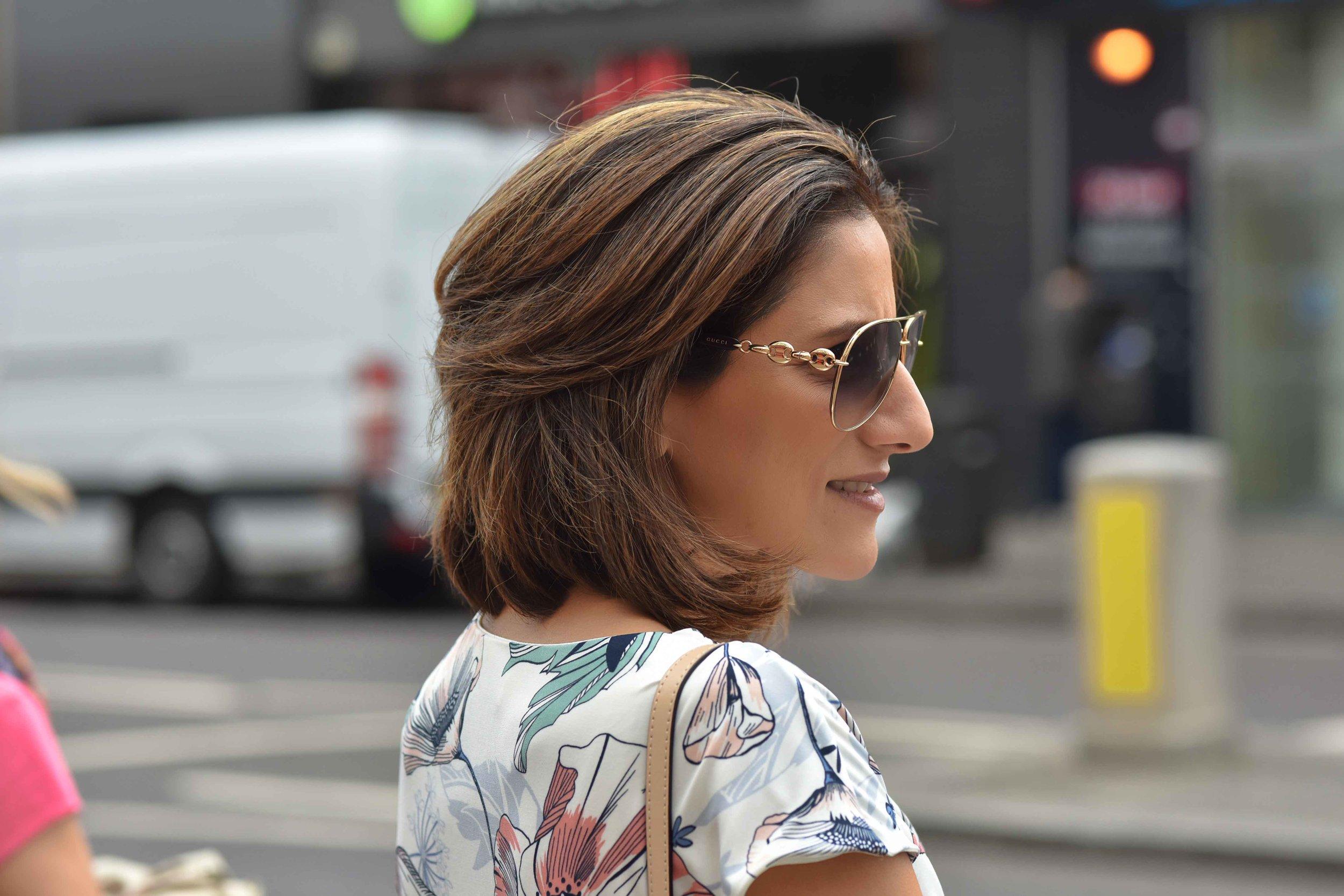 Marks and Spencer shift dress, Gucci sunglasses, street fashion, Shoreditch, London, U.K. Photo: Nina Shaw, Image©sourcingstyle.com