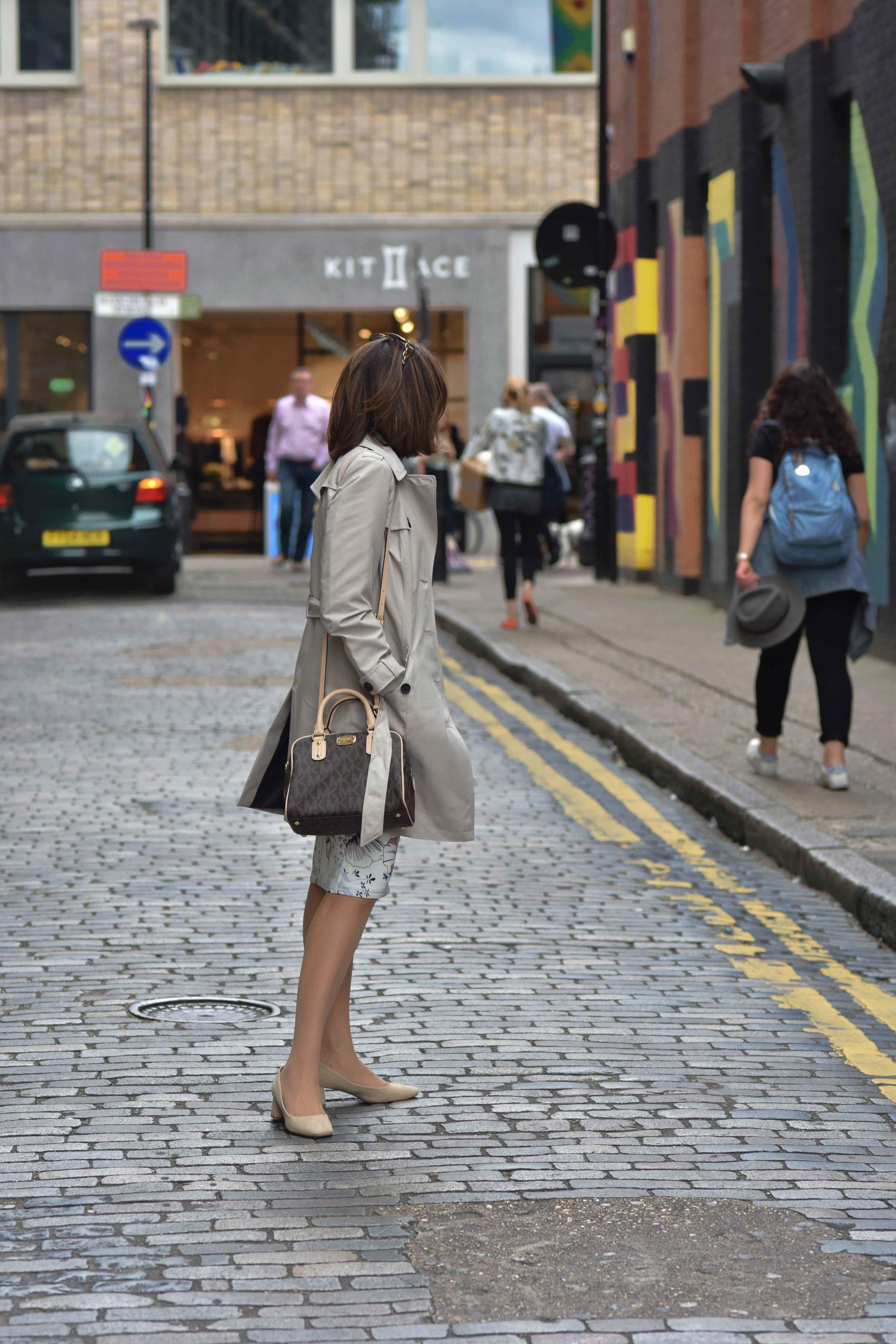 Marks and Spencer shift dress, Marks and Spencer trench, Zara sandals, Michael Kors handbag, street fashion, street art, Shoreditch, London, U.K. Photo: Nina Shaw, Image©sourcingstyle.com