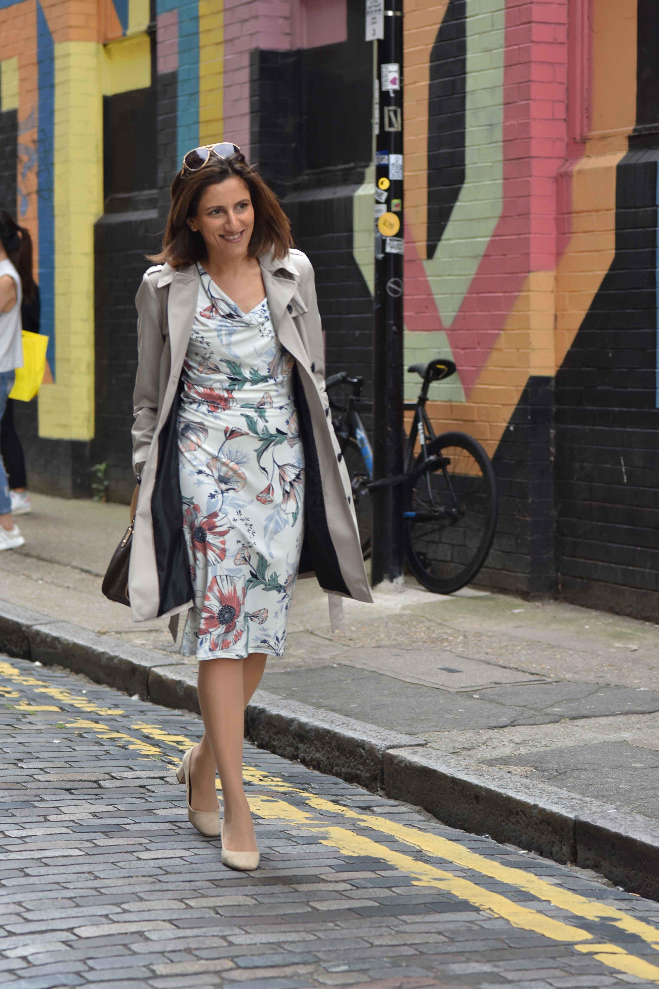 Marks and Spencer shift dress, Marks and Spencer trench, Zara sandals, Gucci sunglasses, street fashion, street art, Shoreditch, London, U.K. Photo: Nina Shaw, Image©sourcingstyle.com