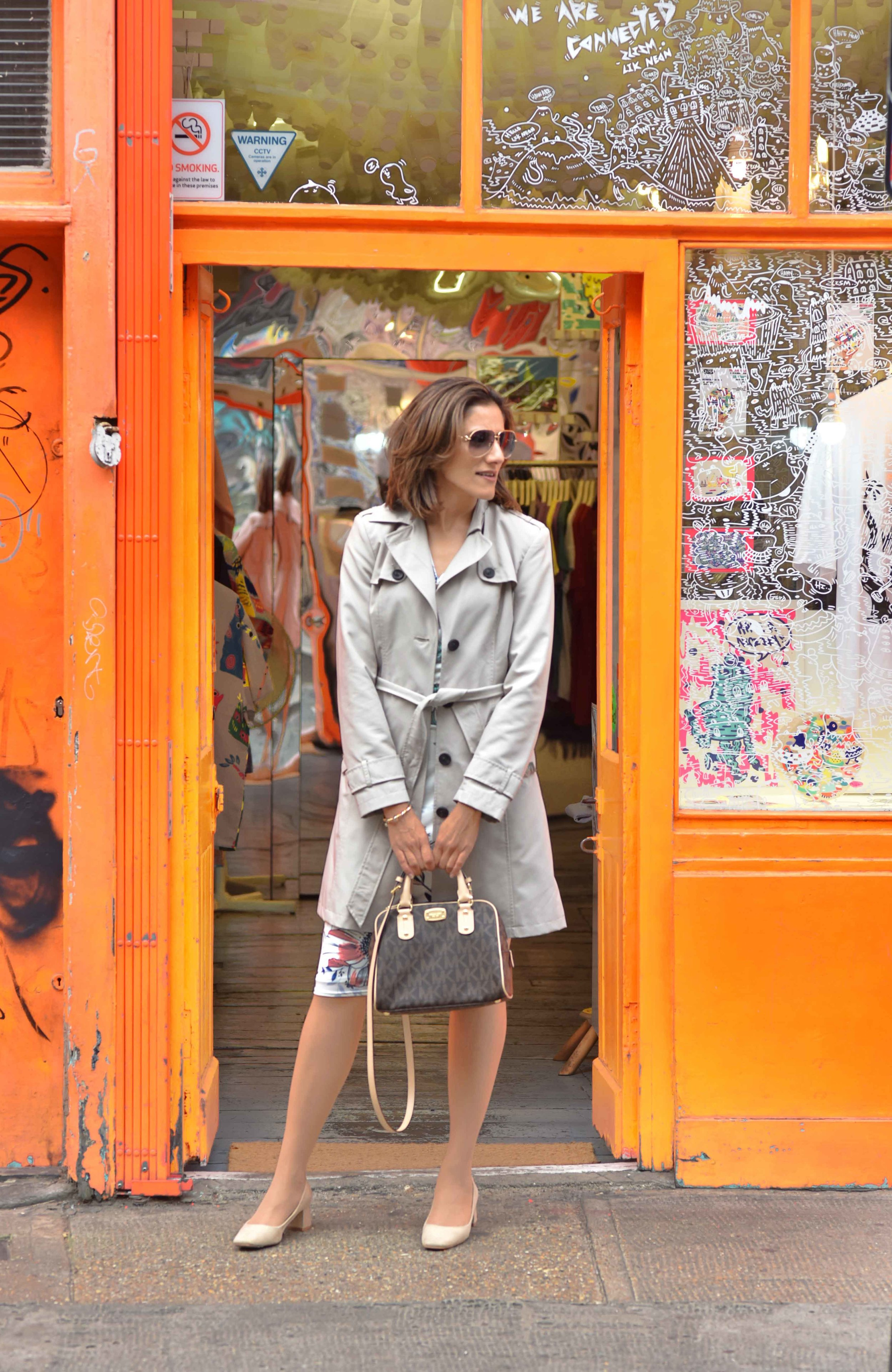 Marks and Spencer shift dress, Marks and Spencer trench, Gucci sunglasses, Michael Kors handbag, Zara sandals, Shoreditch, London, U.K. Photo: Nina Shaw, Image©sourcingstyle.com