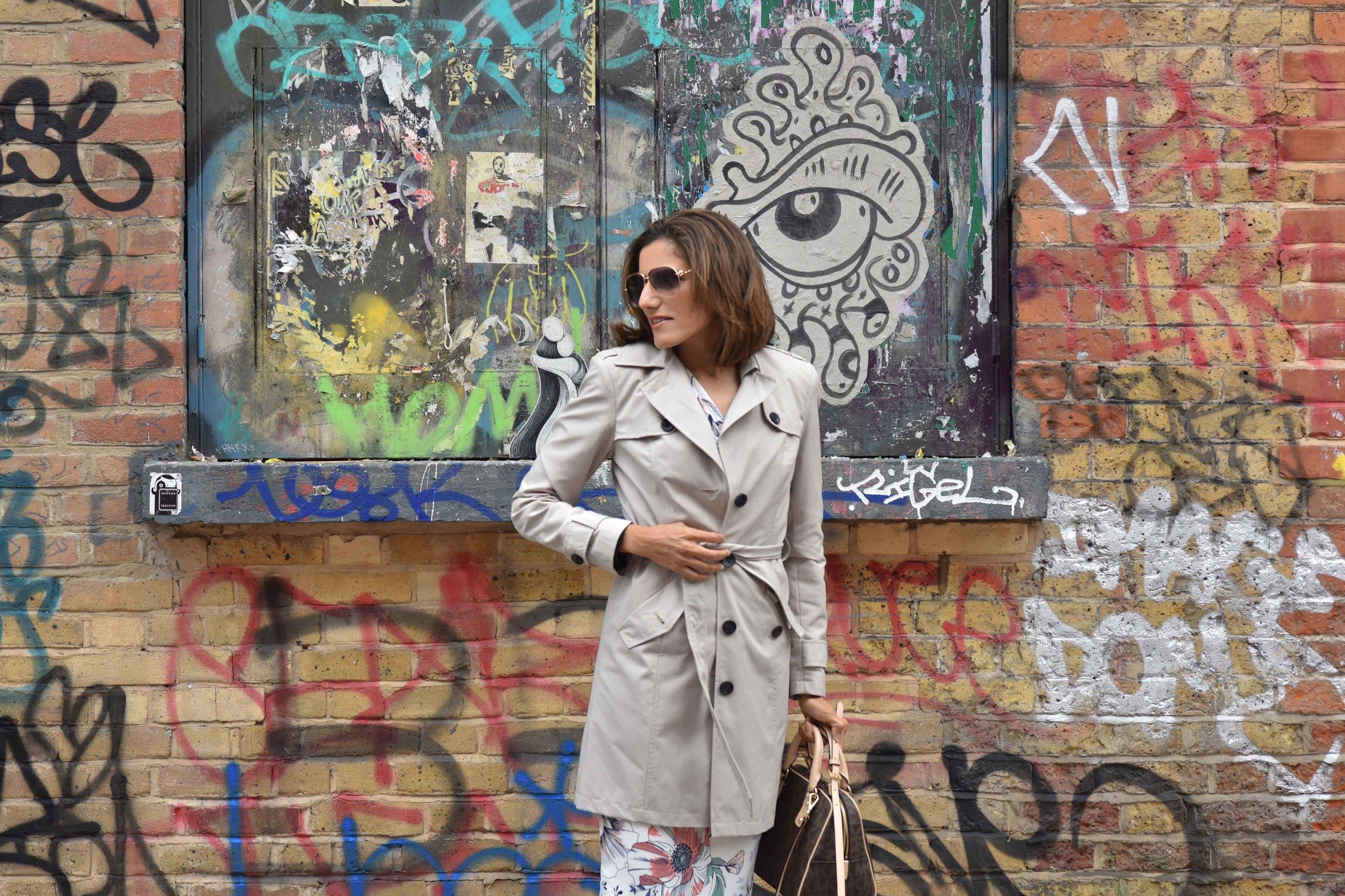 Marks and Spencer shift dress, Marks and Spencer trench, Gucci sunglasses, Michael Kors handbag, street fashion, street art, Shoreditch, London, U.K. Photo: Nina Shaw, Image©sourcingstyle.com