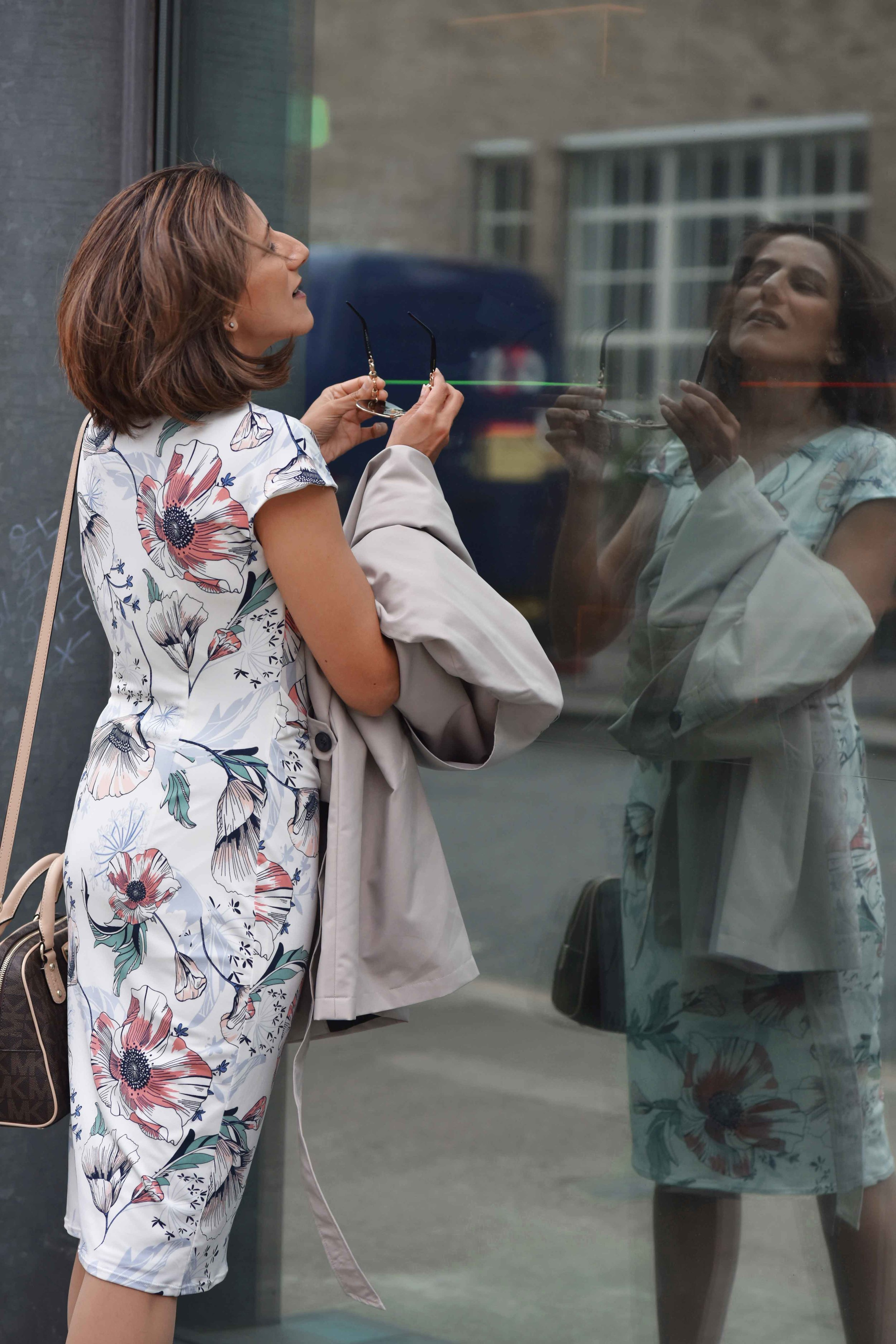 Marks and Spencer shift dress, Marks and Spencer trench, Gucci sunglasses, Michael Kors handbag, street fashion, Shoreditch, London, U.K. Photo: Nina Shaw, Image©sourcingstyle.com