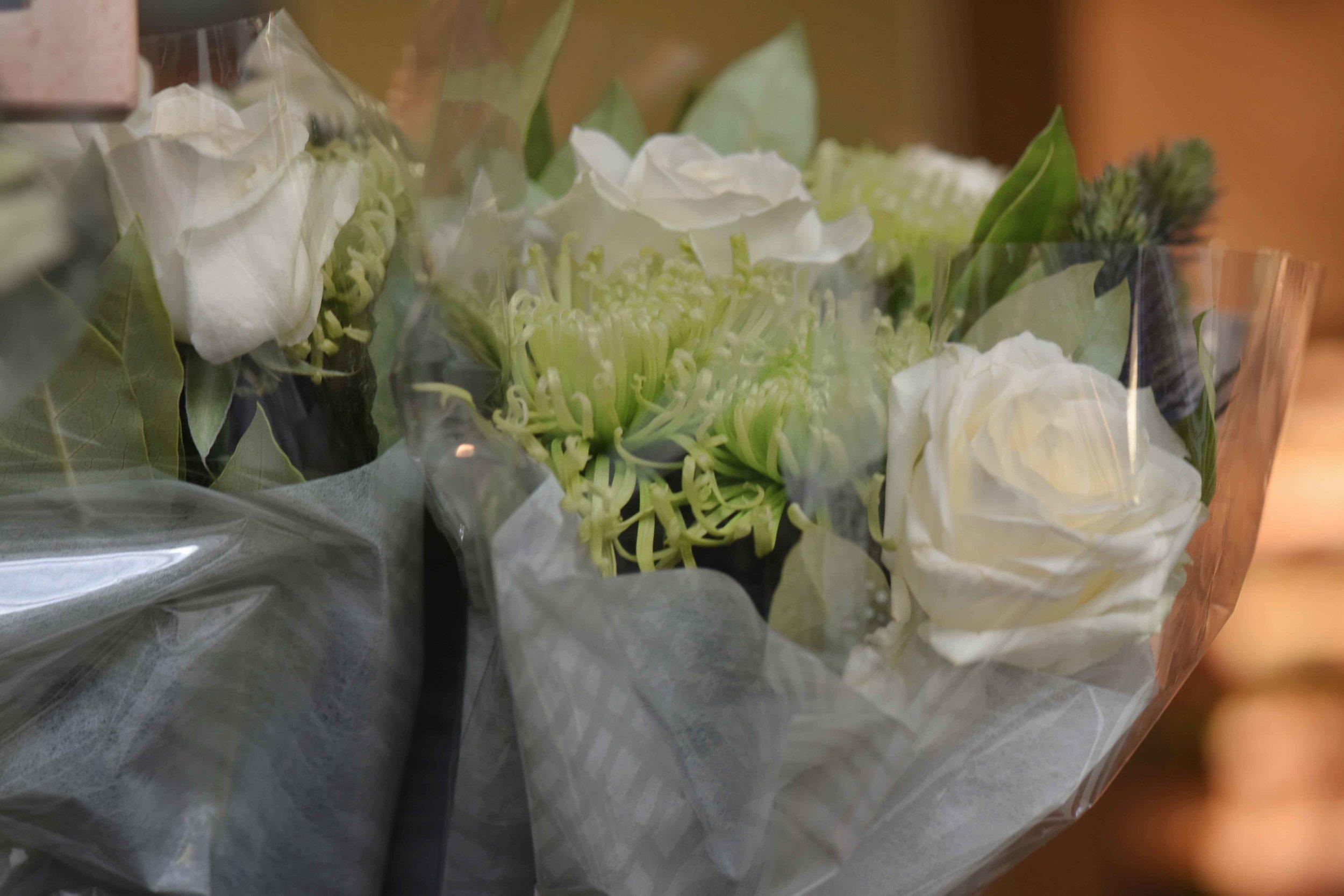 White roses, High Street Kensington, London. Image©sourcingstyle.com