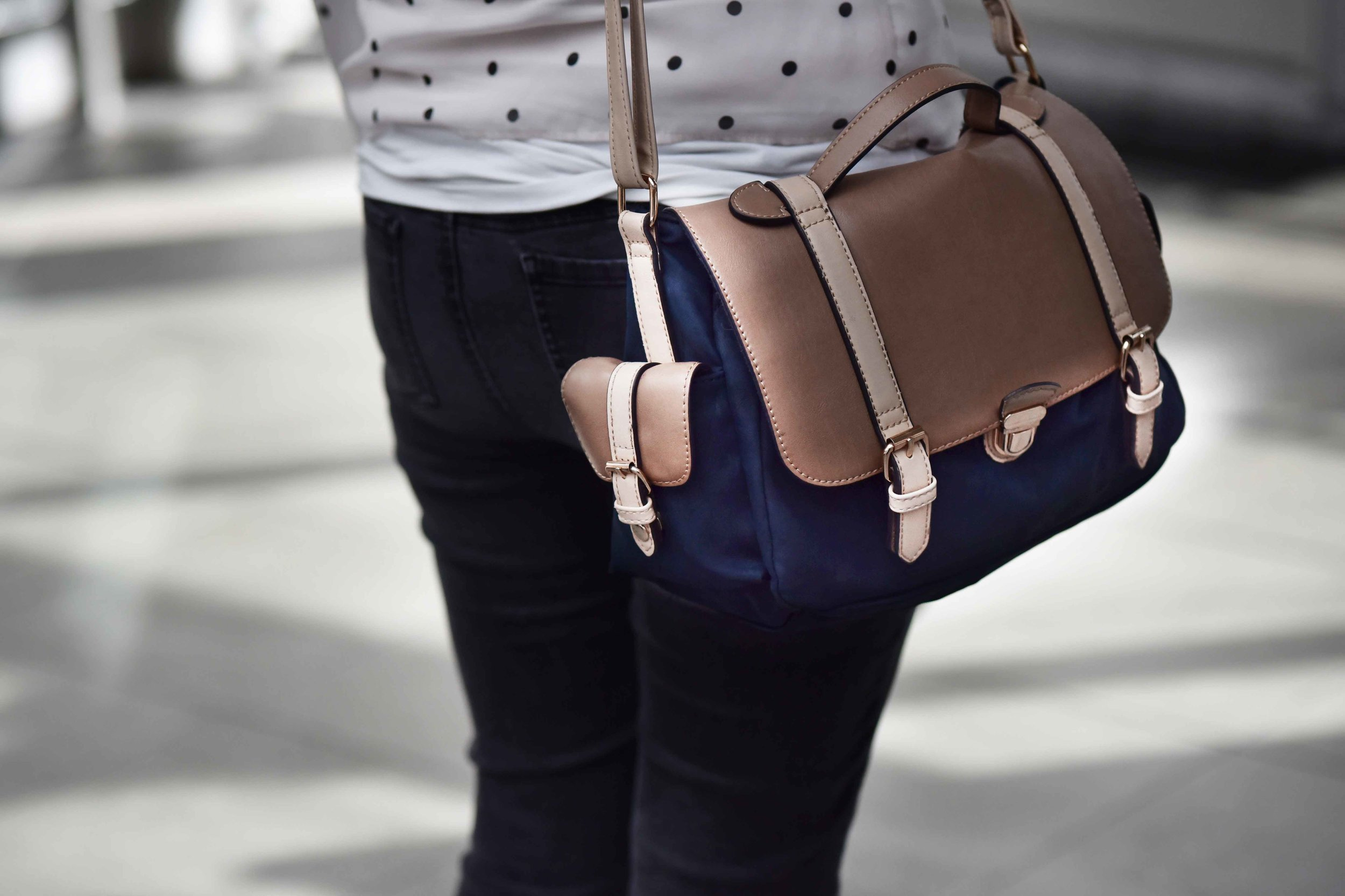Street style travel bag, Edinburgh Waverley, image©sourcingstyle.com