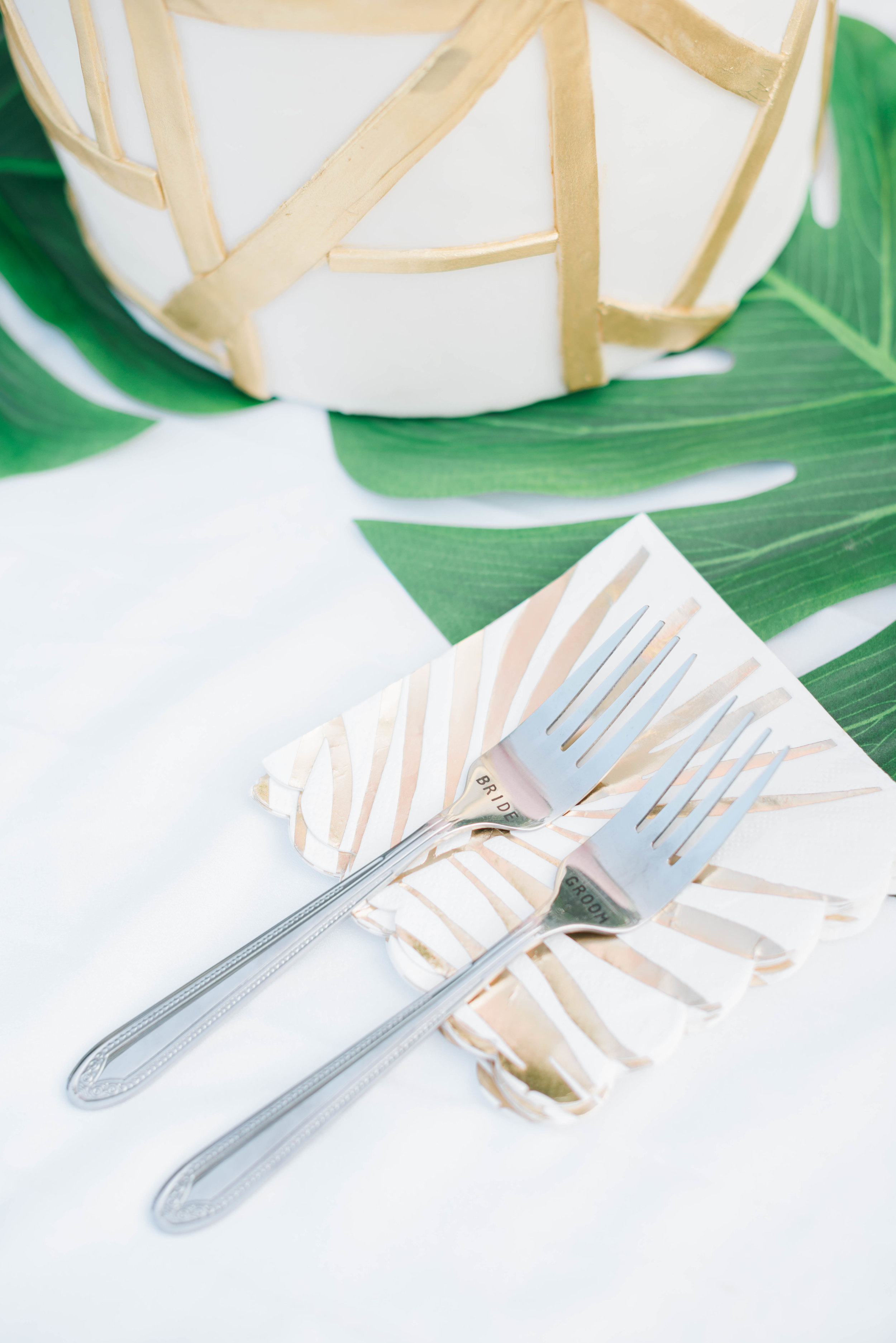 southern-maryland-tropical-wedding-rattan-bar-cart-palm-leaf-cake-sprinklewithkindness