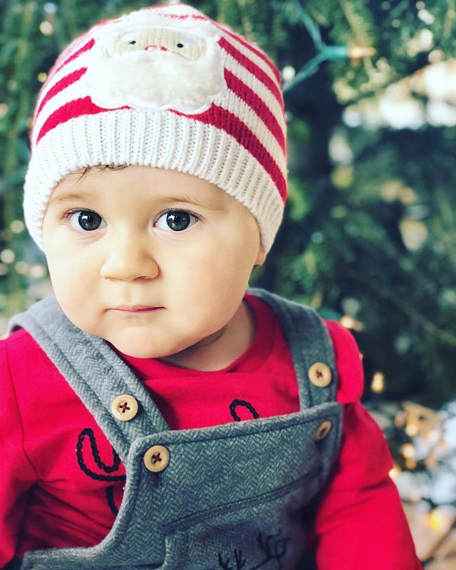 """""""I will honor Christmas in my heart, and try to keep it all the year."""" ❤️👶🏻 #books #charlesdickens #mamablogger #christmas #babies"""