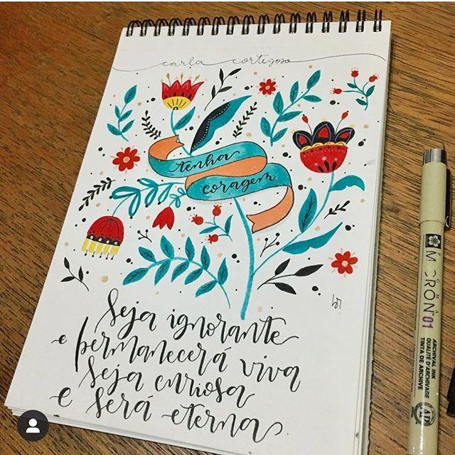 Seja ignorante e permanecerá viva seja curiosa e será eterna frase do meu livro FEM (link na bio) arte e foto: @pensarcolorido (que vende essa e outras artes lindas, comprem!) #coragem #poesia #poema #frases #lettering #caligrafia #arte #handmade #handlettering #frasesmotivadoras #leiamulheres #mulheresartistas