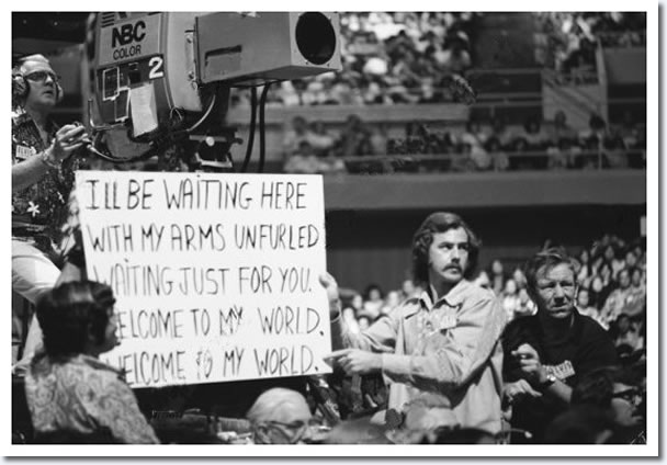Even The King would have looked better without cue cards. Photo courtesy elvispresleymusic.com.au