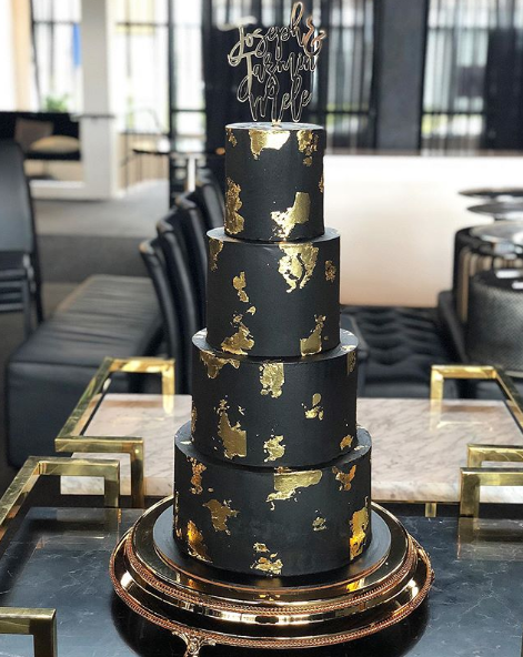 Black & Gold Wedding Cake on Gold Plateau Cake Stand