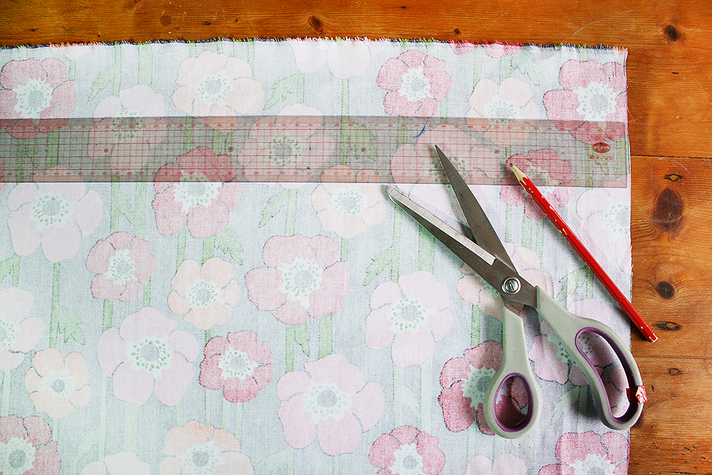 Step 3  Measure and mark up a rectangle on the back of the fabric that has a length equal to the circumference of the circle, and a width of approximately 40cm. Make sure to leave a 0.5cm seam allowance around all edges. Cut this out.