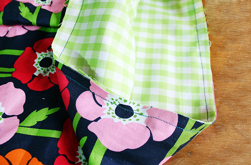 Step 7  Repeat steps 1-5 with the lining fabric. When this is done, keep the lining inside out and slot it into the outer bag. Make sure the open edges are lined up, then sew all the way around the opening with a 0.5cm seam allowance.