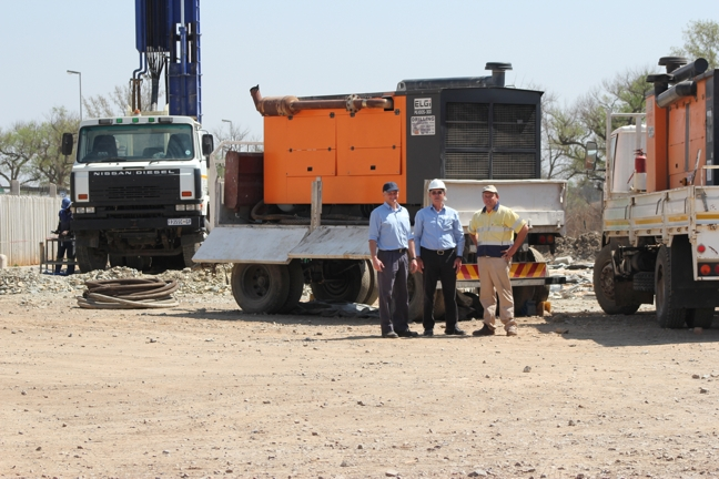Seen at the drilling site from left to right are: Franz Lottering and Mervyn van Reenen (Integrated Air Solutions) and the driller Nardus Bezuidenhout (Torque Africa Drilling).
