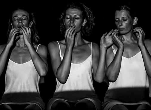 16. Lucrezia Valeria Scardigno, Maria Cristina Nicoli e Sigrid Elisa Plessnig in Die Schlafenden, 2013 (foto Lidia Crisafulli).jpg