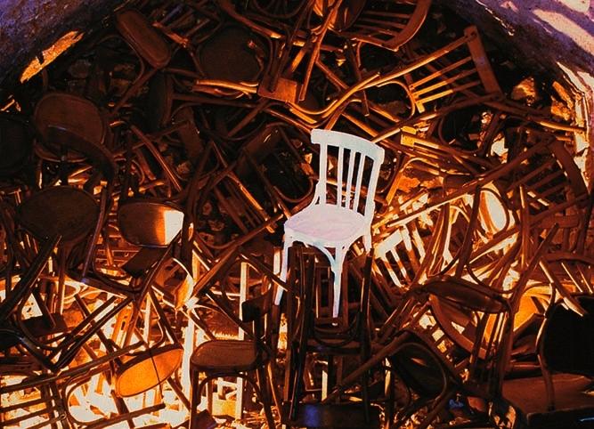 09 - Città delle ombre, sedie, 1991.jpg