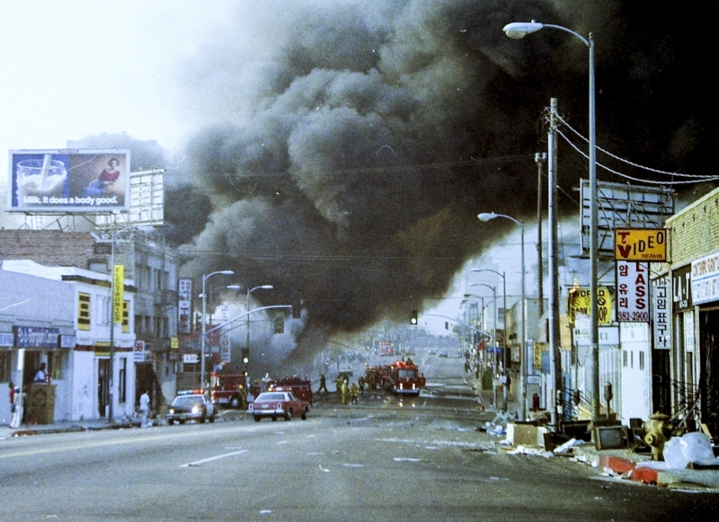Fire on Western Ave. and 9th St. on April 30, 1992 (photo by John Yu)