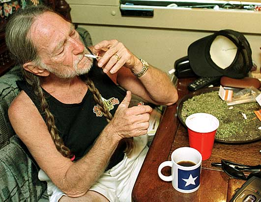 Willie-Nelson-smoking.jpg
