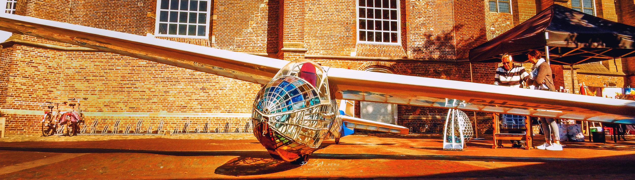 Ton Beumer, de eigenaar en kunstenaar van het zweefvliegtuig
