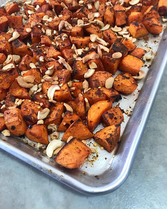 Feeding a crowd with roasted sweet potatoes tossed in red chile, cardamom and toasted cashews. . . . #summersidedish #sheetpandinner #nmredchile #plantbasedmeals #ovenroasted