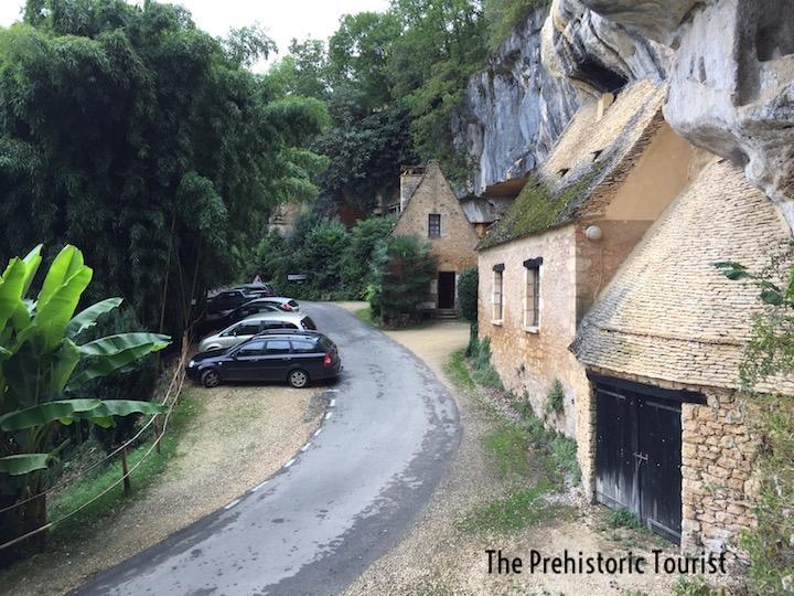 Parking and reception at Grotte du Sorcier