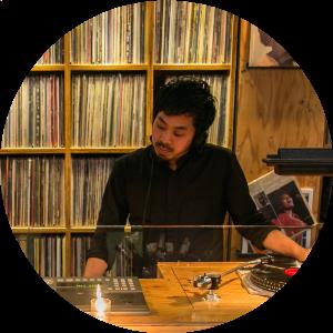 磯部俊介(GINZA MUSIC BAR)  2007年よりDJとしてと活動を開始。ELECTRO, DISCO, BASS MUSIC, ROCKなど多様な音楽性をシームレスに紡ぐDJスタイルで2009年~2013年まで渋谷のフジロックオフィシャルショップGAN-BANの主催するイベント『GAN-BAN NIGHT』のRESIDENT DJとして数々の海外DJのウォームアップDJを勤め2011年のFUJI ROCK FESTIVAL前夜祭のピンチヒッターも勤めるなど精力的に活動。その後2014年9月に大沢伸一プロデュースの元、銀座にオープンしたGINZA MUSIC BARにてチーフセレクターに従事している。