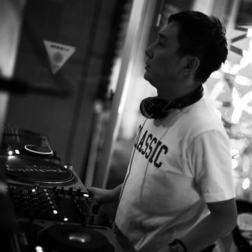 """GUEST SELECTOR : Toshiyuki Goto  OPEN : 18:00 START : 21:00 CLOSE : 4:00  SELECTOR : Toshiyuki Goto  GINZA MUSIC BARの提唱する""""遊びを知り尽くした大人のための木曜日""""第一木曜日を担当するのは90年代よりNYCでDJとしての経験を積み制作活動においても類い稀な才能を発揮し続ける日本クラブシーンのオリジネーターToshiyuki Goto氏。経験と才能に裏打ちされた選曲を余すとこなく堪能できる第一木曜日にご期待ください!!  Our guest DJ for the first Thursday of the month is Toshiyuki Goto. He built his career in NY back in 90's and become the originator of the Japanese club scene with his extraordinary DJ skills. You would definitely enjoy his play backed by his long experience and talent.  Toshiyuki Goto  80年代後期より、都内各クラブでDJ活動をスタートさせる。 91年に突如単身渡米する。 そして 94-96年の間、Party """"Acme Disco""""(NYC)のDJとして活躍。同時に楽曲制作も積極的に行い、 96年にFrancois Kのレーベルよりジャズキーボーディスト菊池雅章氏とのコラボレーションユニットMATO名義での""""Tribe""""と""""Drifting""""(Wave Music NYC)で衝撃的なワールドビッグヒットを放ち本格的に制作活動をスタート。  '02年にはToshiyuki Goto名義として初のフルアルバム """"Two-Way Traffic""""(avex)を発表。その後 も""""progressive funk """"(cutting edge)そして'07年には2nd アルバム""""No Illusion""""(cutting edge)を発表。国内、海外アーティストのRemixも手掛け、国内のコラボレーションでは藤原ヒロシ、チバ ユウスケらとの作品も発表する。 DJとしても'03の帰国後、西麻布YELLOW """"Voyage"""" 代官山AIR """"The Garden"""" また 日本のみならず、  CIELO (NYC)、CLUB SHELTER (NYC) ヨーロッパ各地でもプレイを行っている。  '15年には韓国にて国際的建築家、安藤忠雄の教会のレセプションパーティーの音楽を担当し、IBIZA (SPAIN) ではMI-BIZAのclosing partyでプレイを行う。現在 0 Zeroにて""""Sunday Afternoon"""" Dj Bar Bridgeなど精力的に活動する。"""