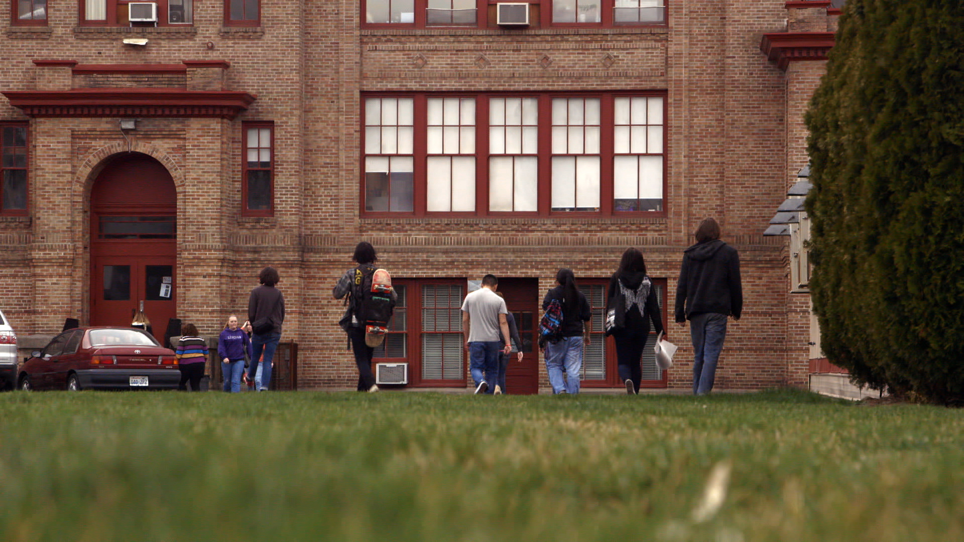 PT screencap - Lincoln High School exterior kids walking in.jpg