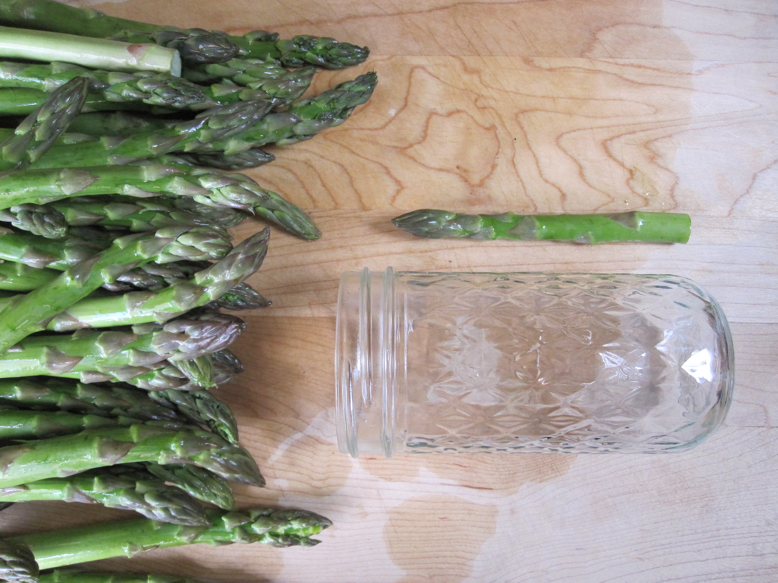 cut-the-asparagus-to-fit-the-jar.jpg