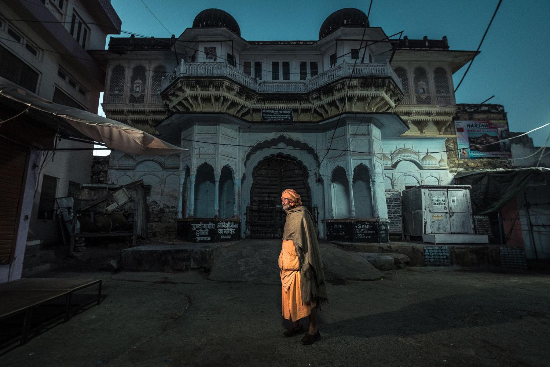 Pelgrim on his way to the ghats, Pushkar