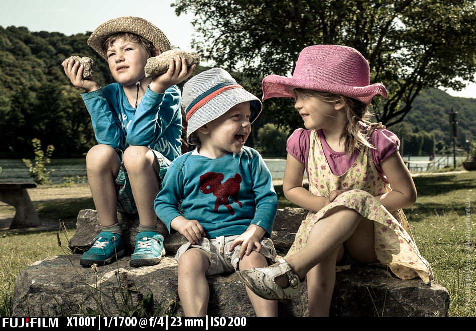 Kids playing. All I had with me were the X-100T, the Lastolite Trifold and the Nissin i40.