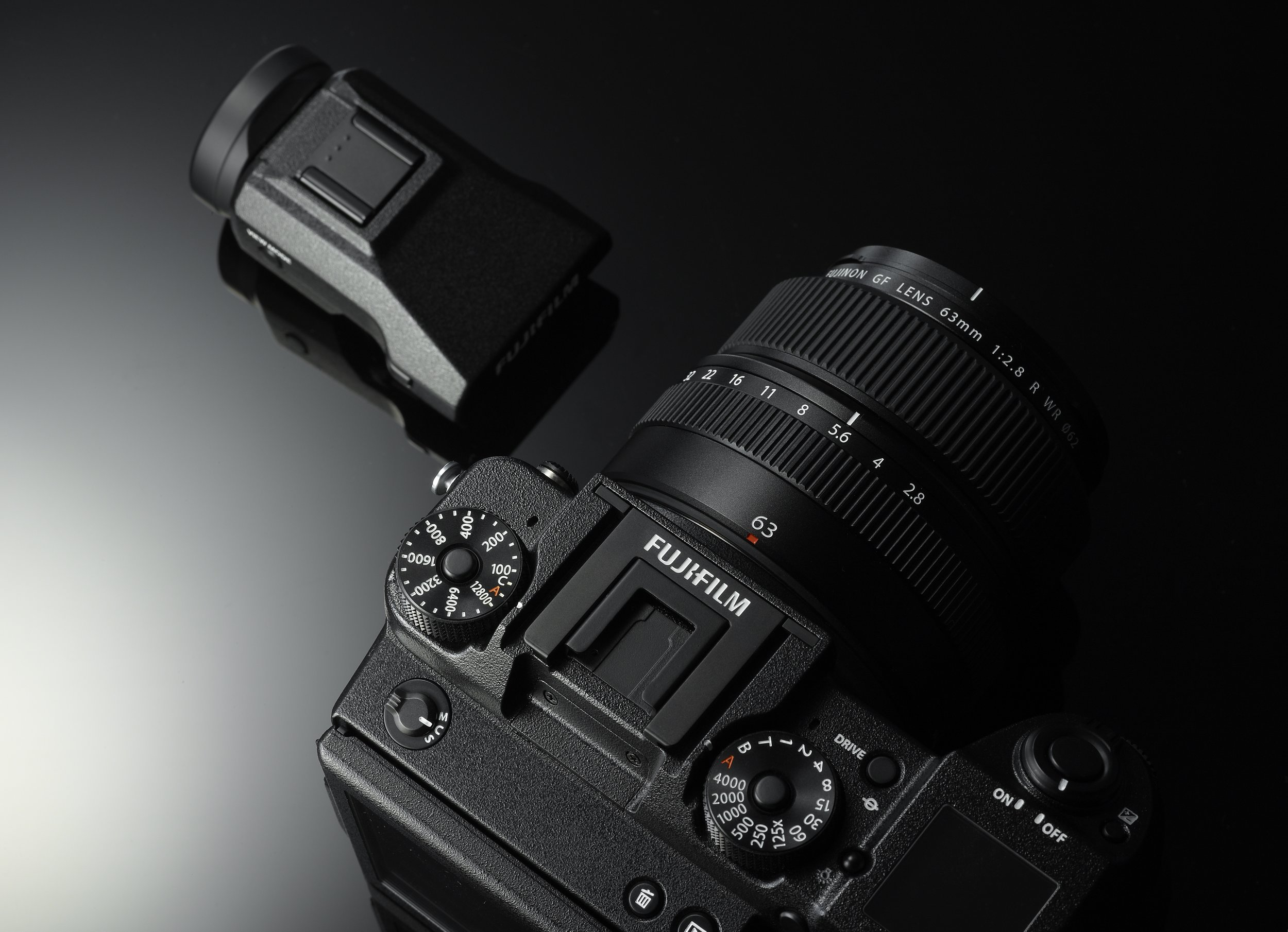 You'll be able to use two EVF viewfinders with the GFX: a regular one and one that can be tilted and rotated, allowing almost every imaginable capture angle. It will even be possible to use an external monitor.