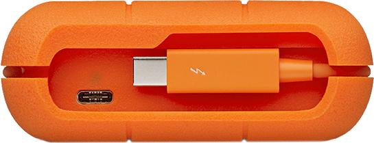 UPDATE 09/08/2017: Lacie heeft me laten weten dat er ondertussen ook 2 versies van de Rugged bestaan mét USB-C aansluiting: eentje van 500 GB en eentje van 1 terabyte. Het gaat hier respectievelijk om artikelnummers STFS500400 en STFS1000401. De kabel die rond het toestel gewikkeld wordt is nog altijd de klassieke Thunderbolt kabel, maar de extra aansluiting die je daarachter aantreft, is USB-C.