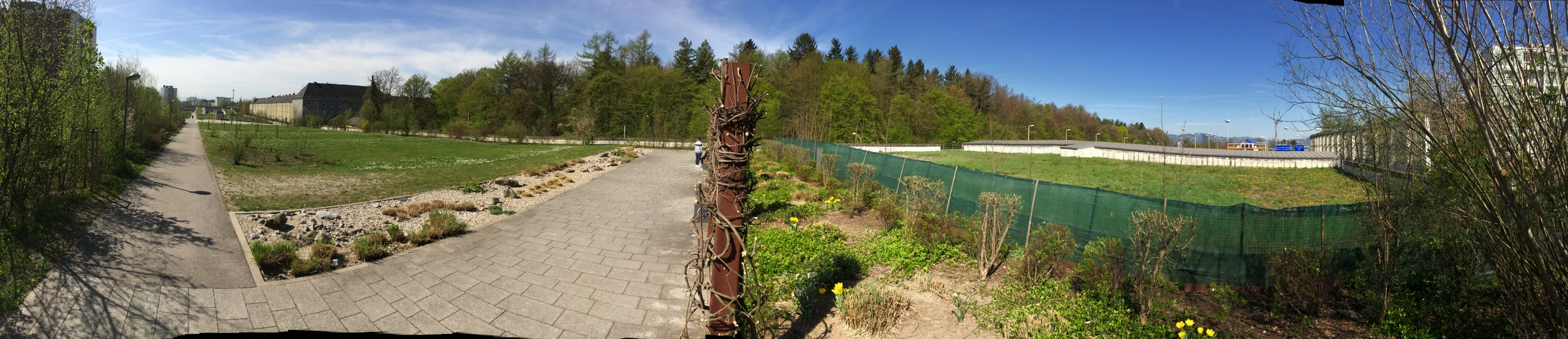 Panoramic view of the park on top of theBindermichltunnel. To the right,blue road signs can beseen at the tunnel exit.