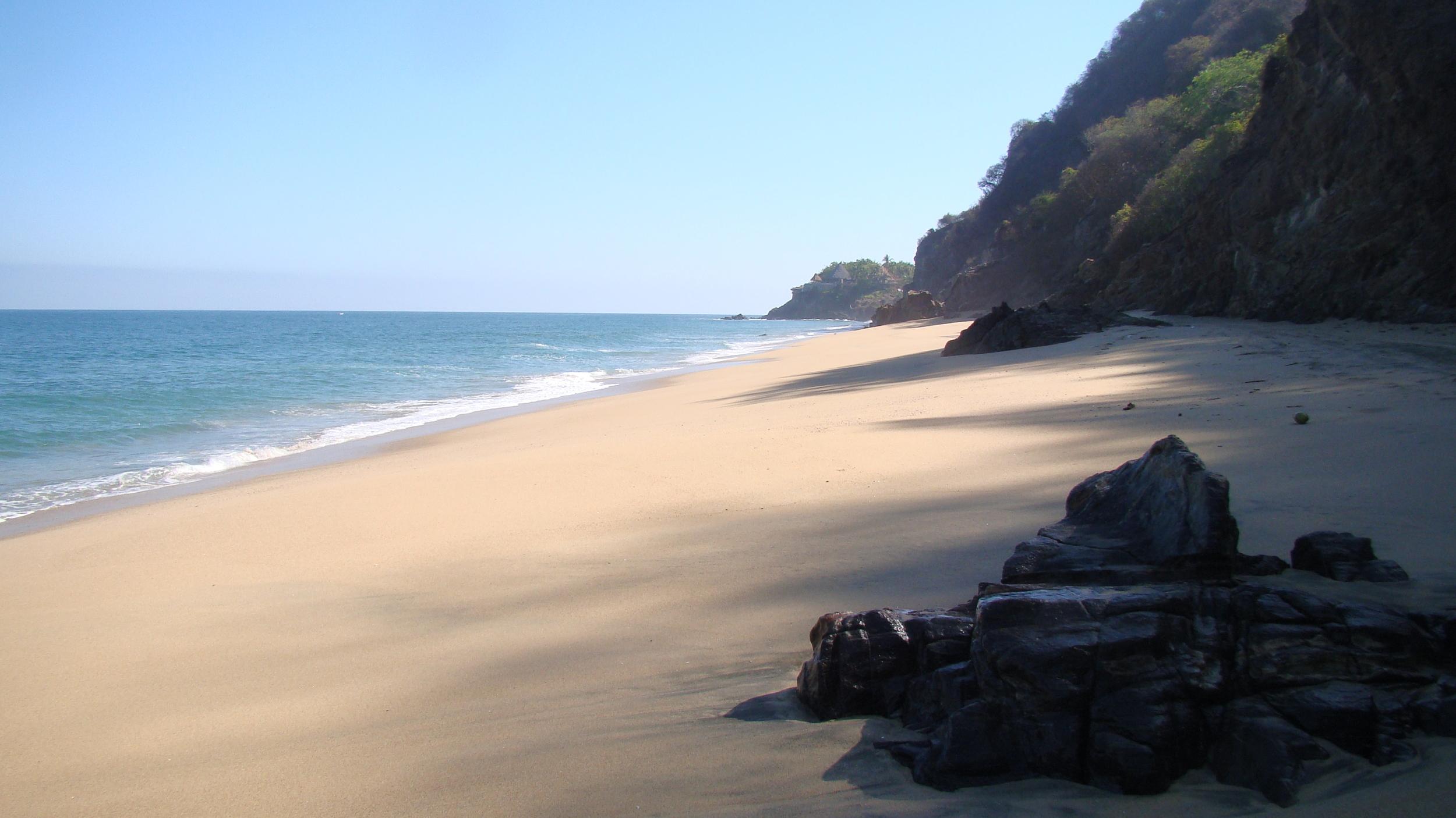 På den andre siden av grotten er en 2 km lang strand uten folk. Her er siste del av den. Foto:  Shari
