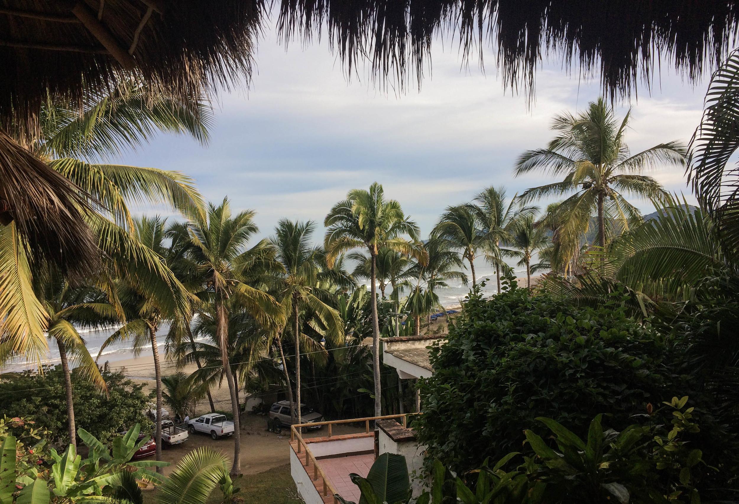 Fra terrassen kan jeg høre og skimtebølgene.