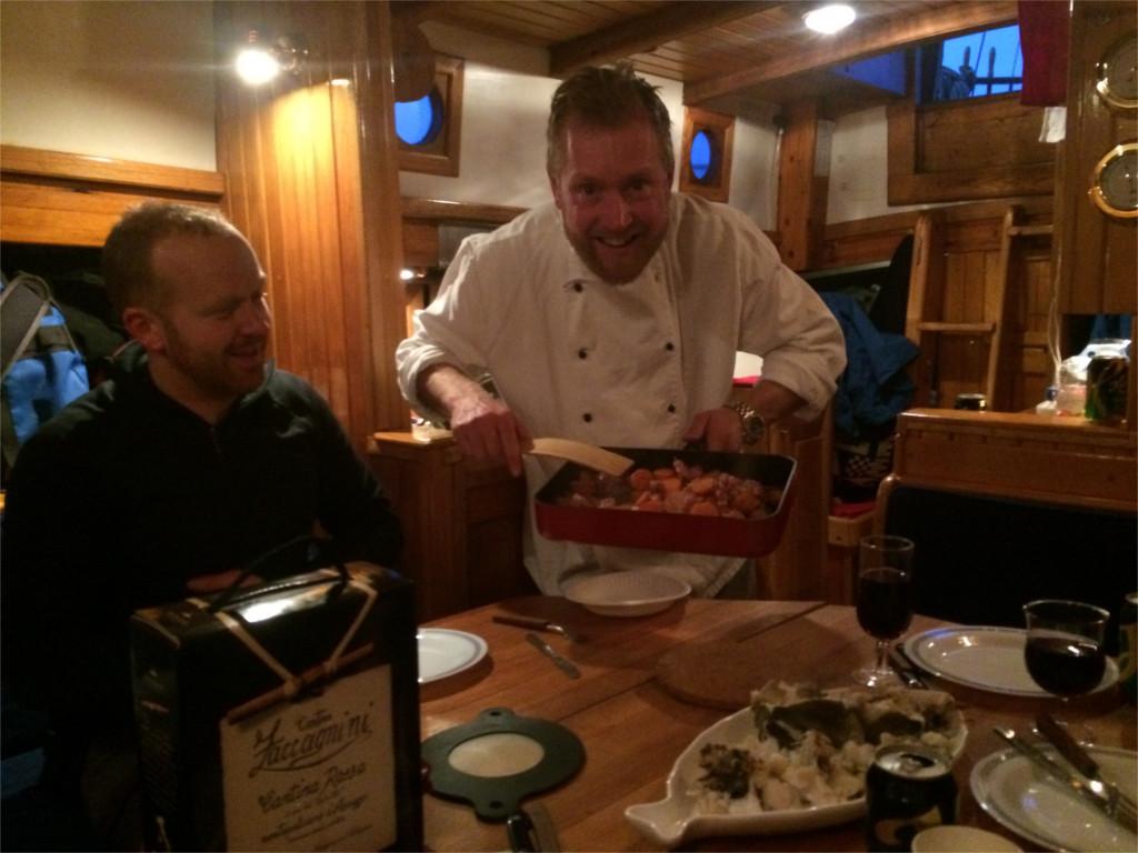 Kapteinenserverer nytrukket torsk. Akkurat det Knut Halvor drømte om.