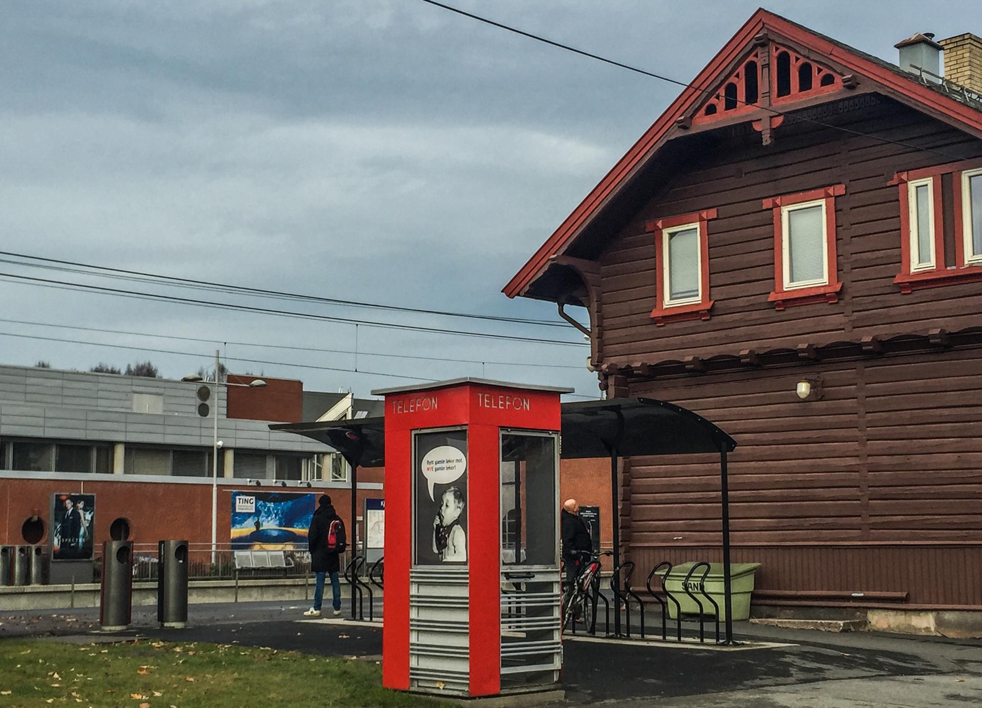 På Kjelsås stasjon er stemningen mer som i en småby fra en svunnen tid.