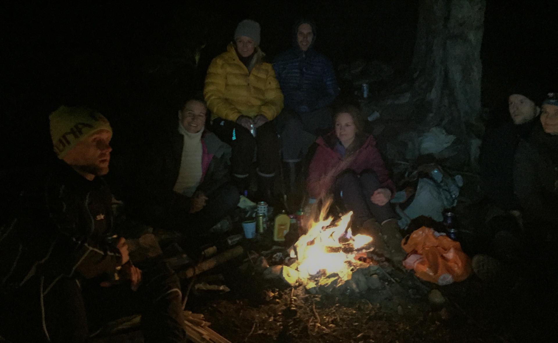 Bålhistorie ved Petter. Emma, Lise, Erik, Kristina, Jon Sigurd og Nina hører på.