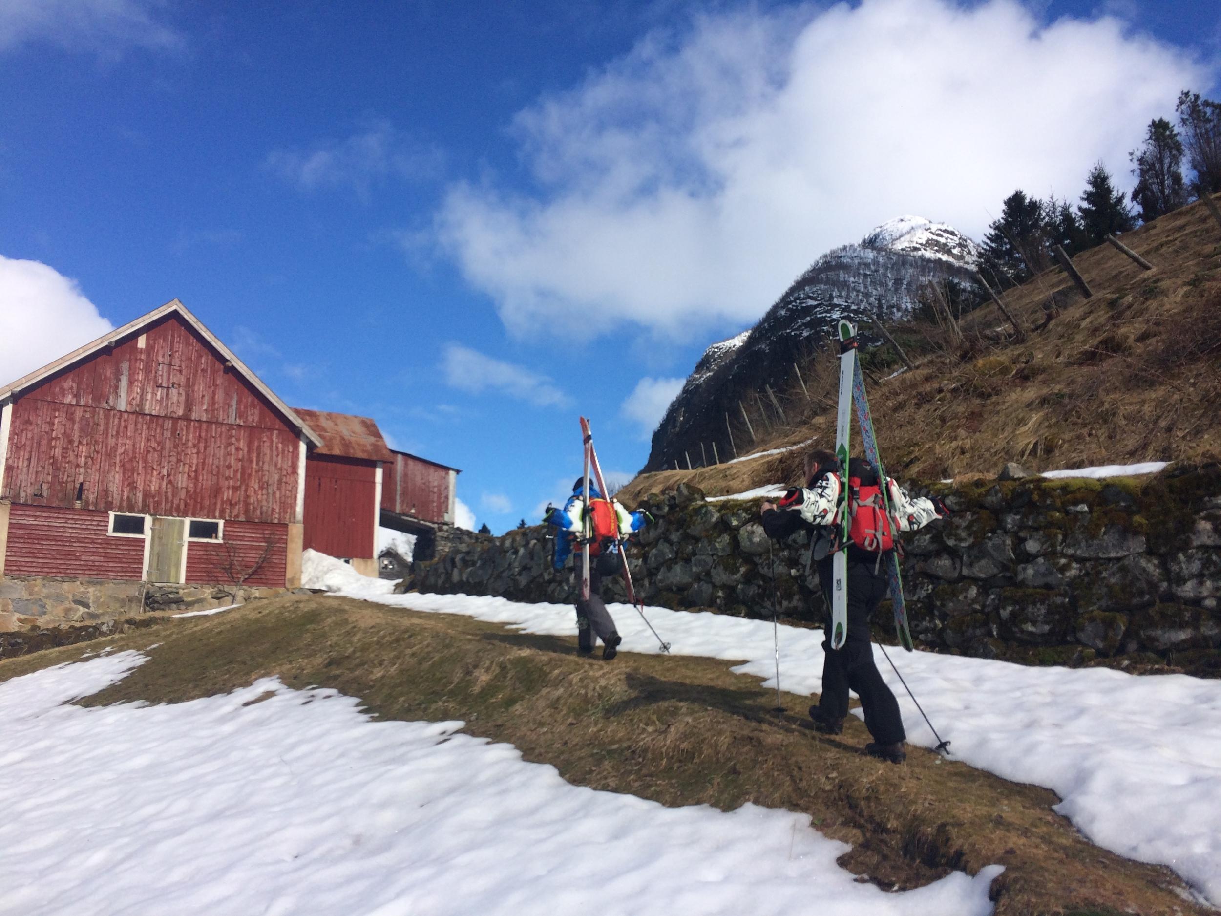 Her har vi lagt ved en nedlagt kai i Fjærlandsfjorden og trasker opp mot Skredfjellet.