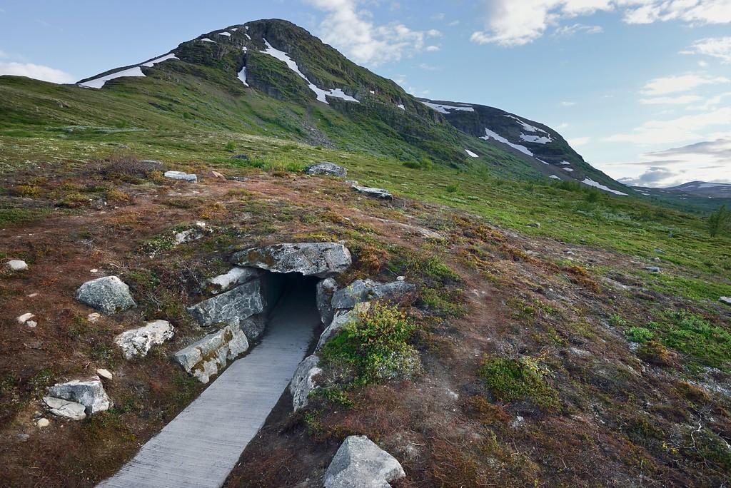 Stien fra parkeringsplassen ved Vedahaugene ledet hit. Hva er inne i fjellet tro?Landskapsarkitekt: LJB as / Lars Berge. ©Foto: Roger Ellingsen / Statens vegvesen.