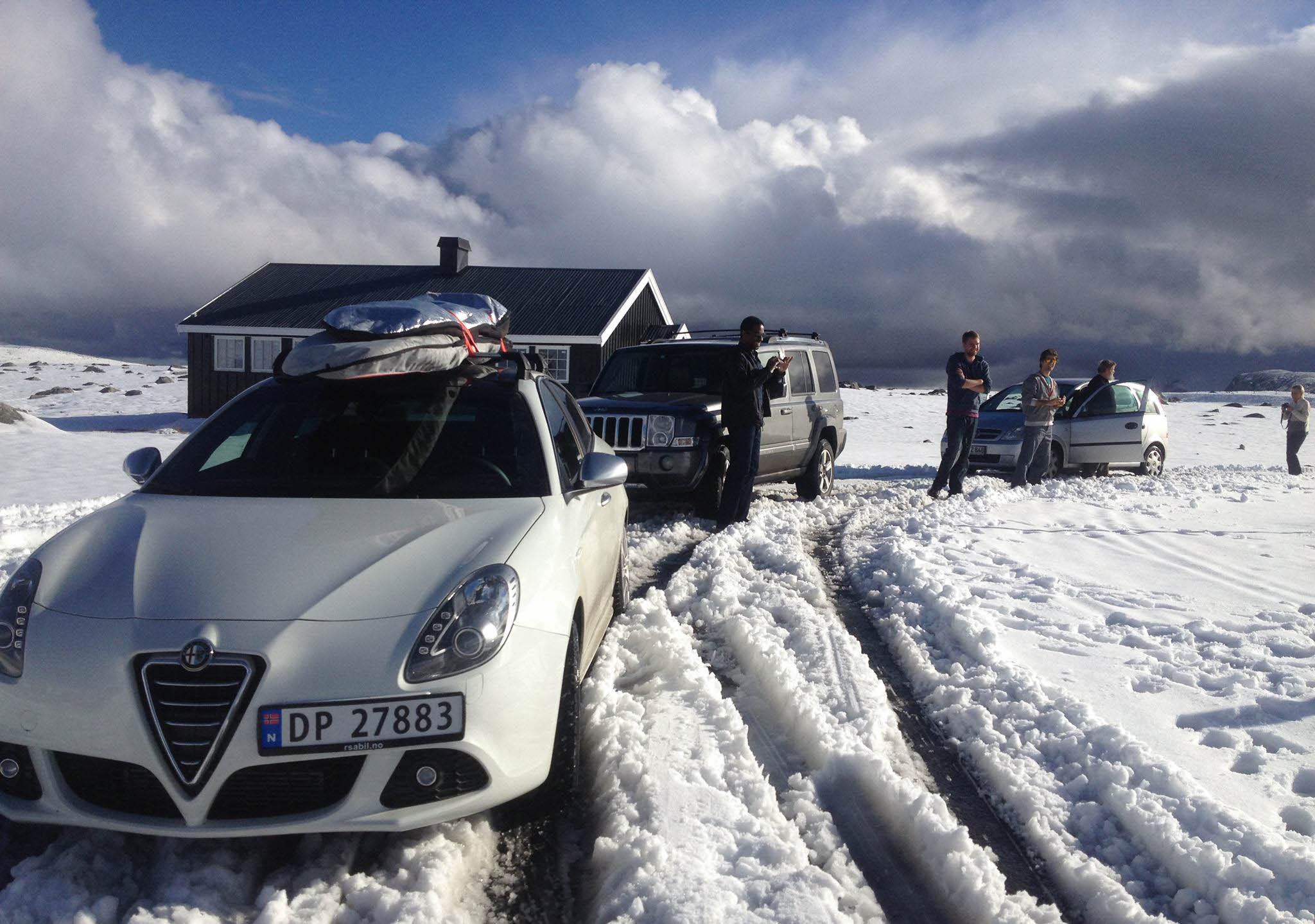På Valdresflye får vi sesongens første snøballkrig. ©Foto: Bjørnar Eidsmo