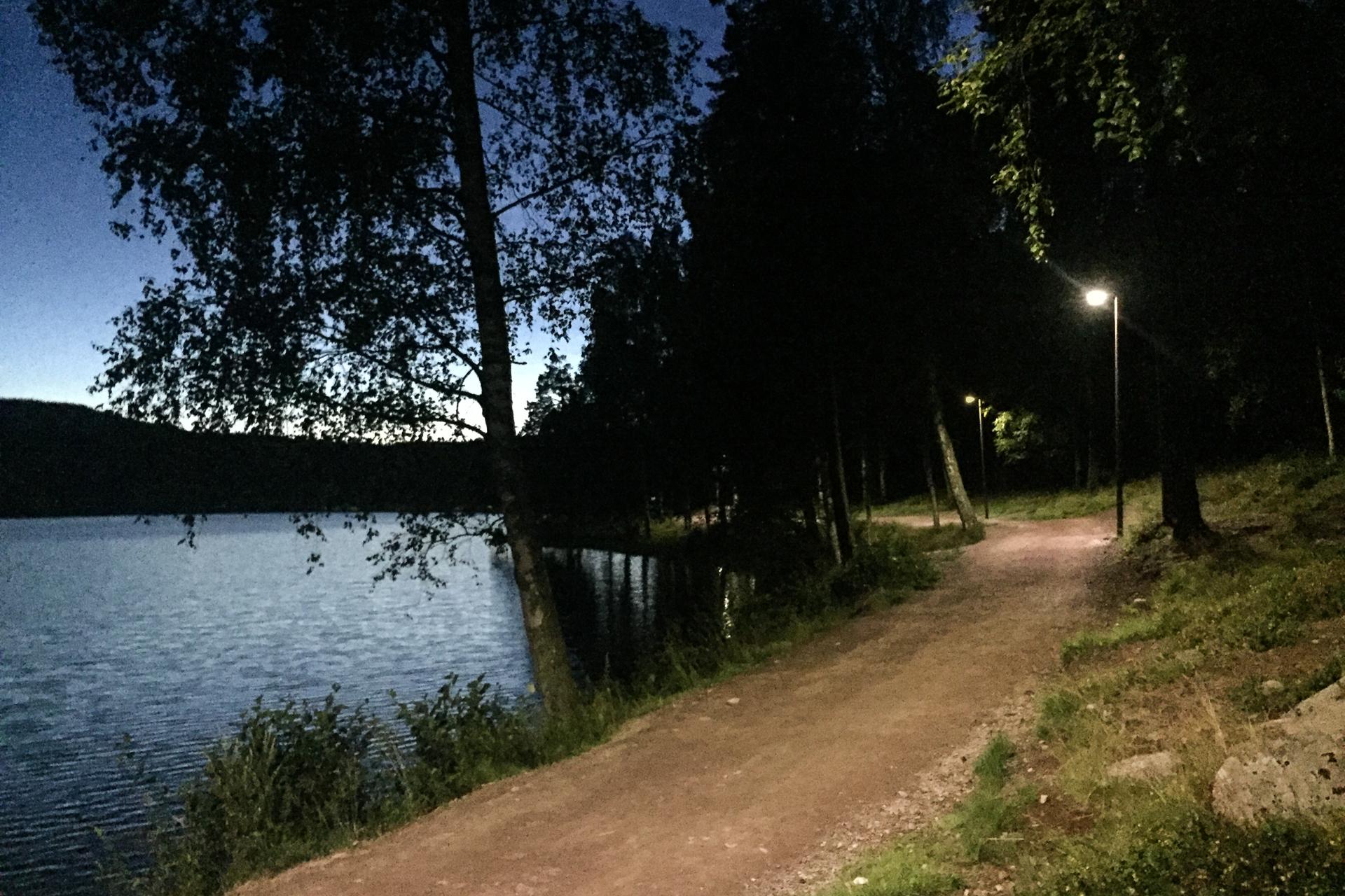 Ved Nedre Blanksjø endrer jeg ruta og kommer meg videre på grusvei istedenfor å fortsette på sti mot Korsvoll. Her ved Sognsvann er det til og med gatelys.