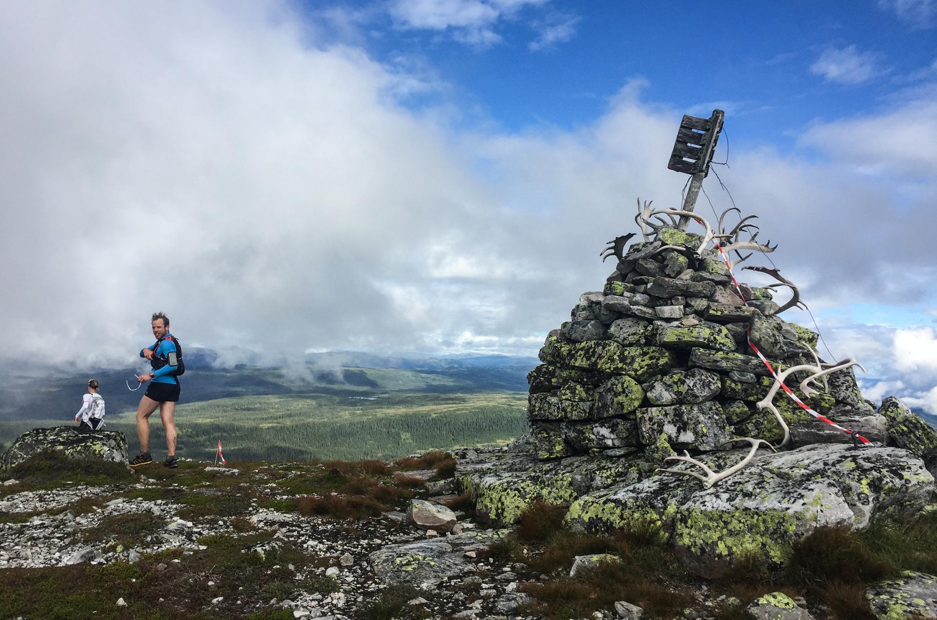 Første toppen er Blenuten på 1213 moh. Er det ikke gevir fra reinsdyr som ligger der?- God tur videre, sier Roar foran meg. Jasså ja. Nå er det på tide å få opp farten og ikke bli løpt fra.