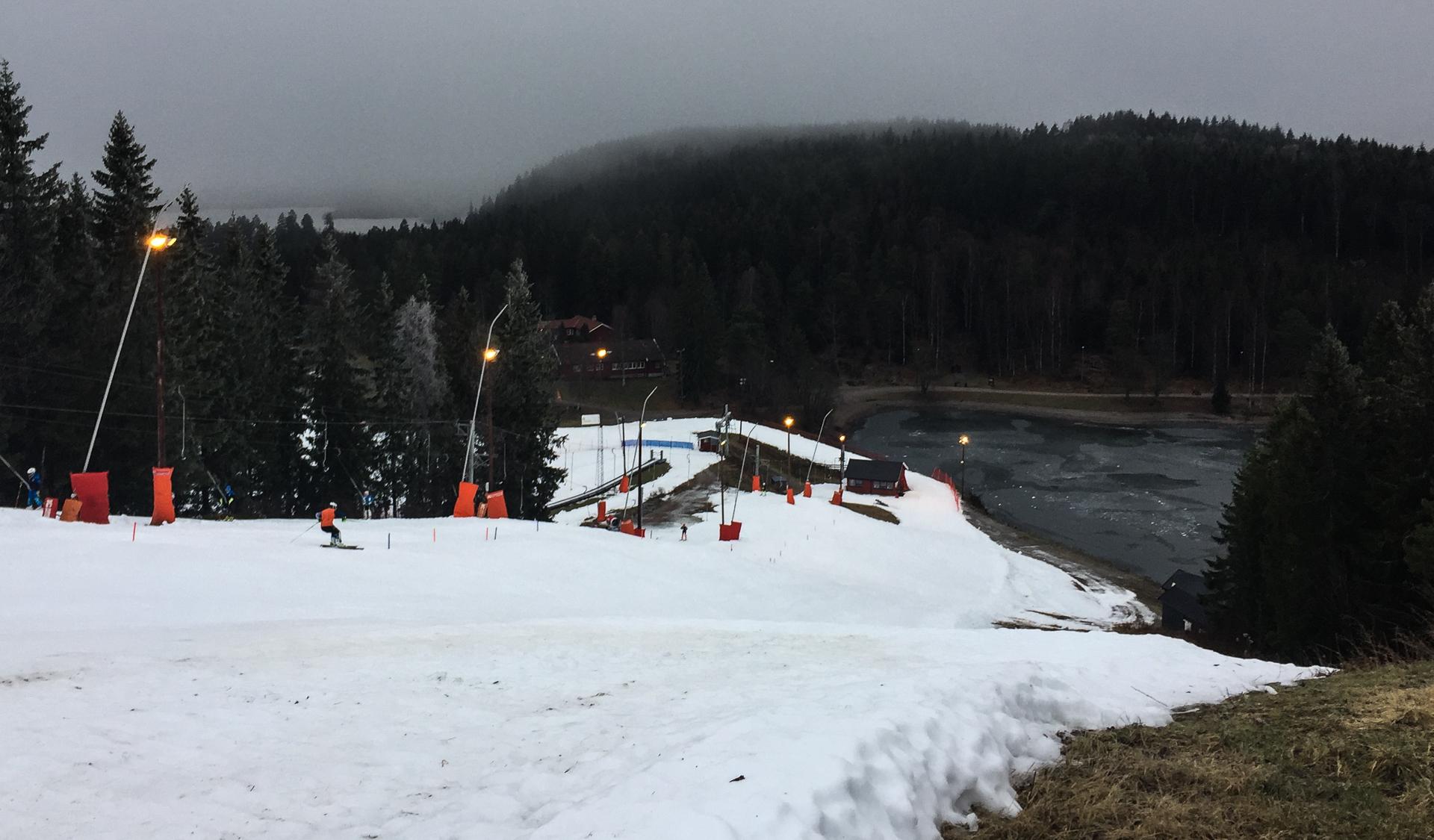 Ved Trollvann er det snø og alpintrening.
