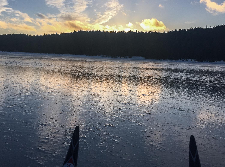 30. januar er dette føret på Bjørnsjøen nær Kikut. Isklister hadde vært en fordel, men han som hadde det med har snudd for lenge siden grunnet forholdene. Staking og triceps blir løsningen.