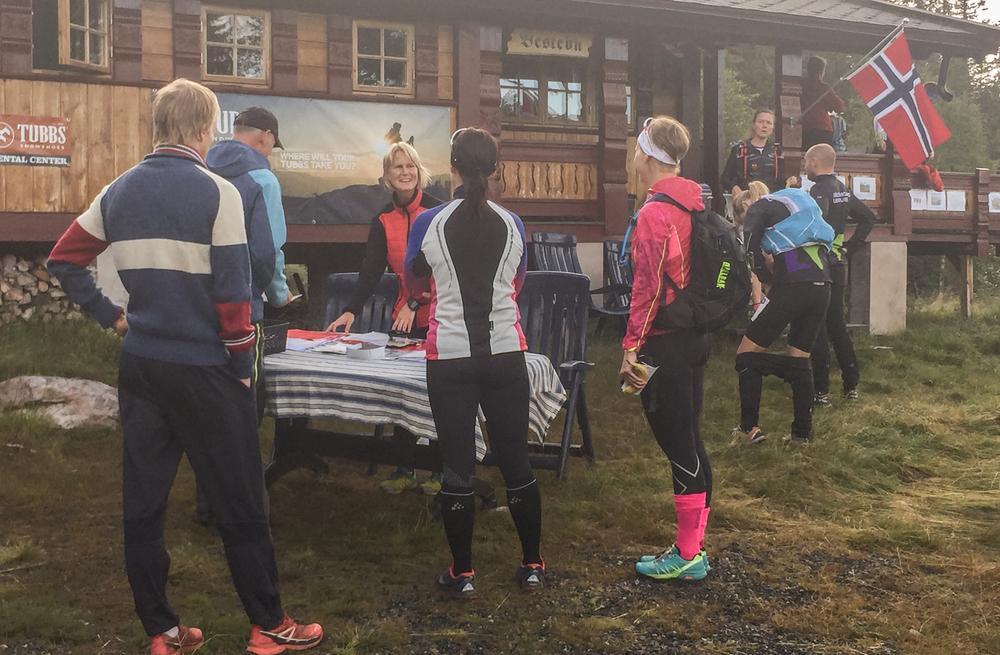 Start og mål er på hytta til arrangørene. Mona Kjeldsberg registrerer her deltakerne og må virkelig passe på startnummerne i vinden. Foto: Bjørnar Eidsmo