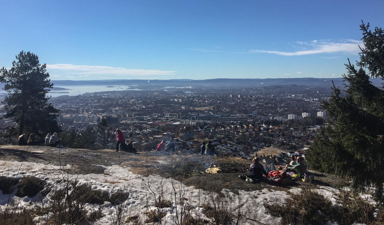 Et av flere fine utsiktsteder på Grefsenkollen. Denne søndagen koser folk seg overalt i og rundt Oslo.