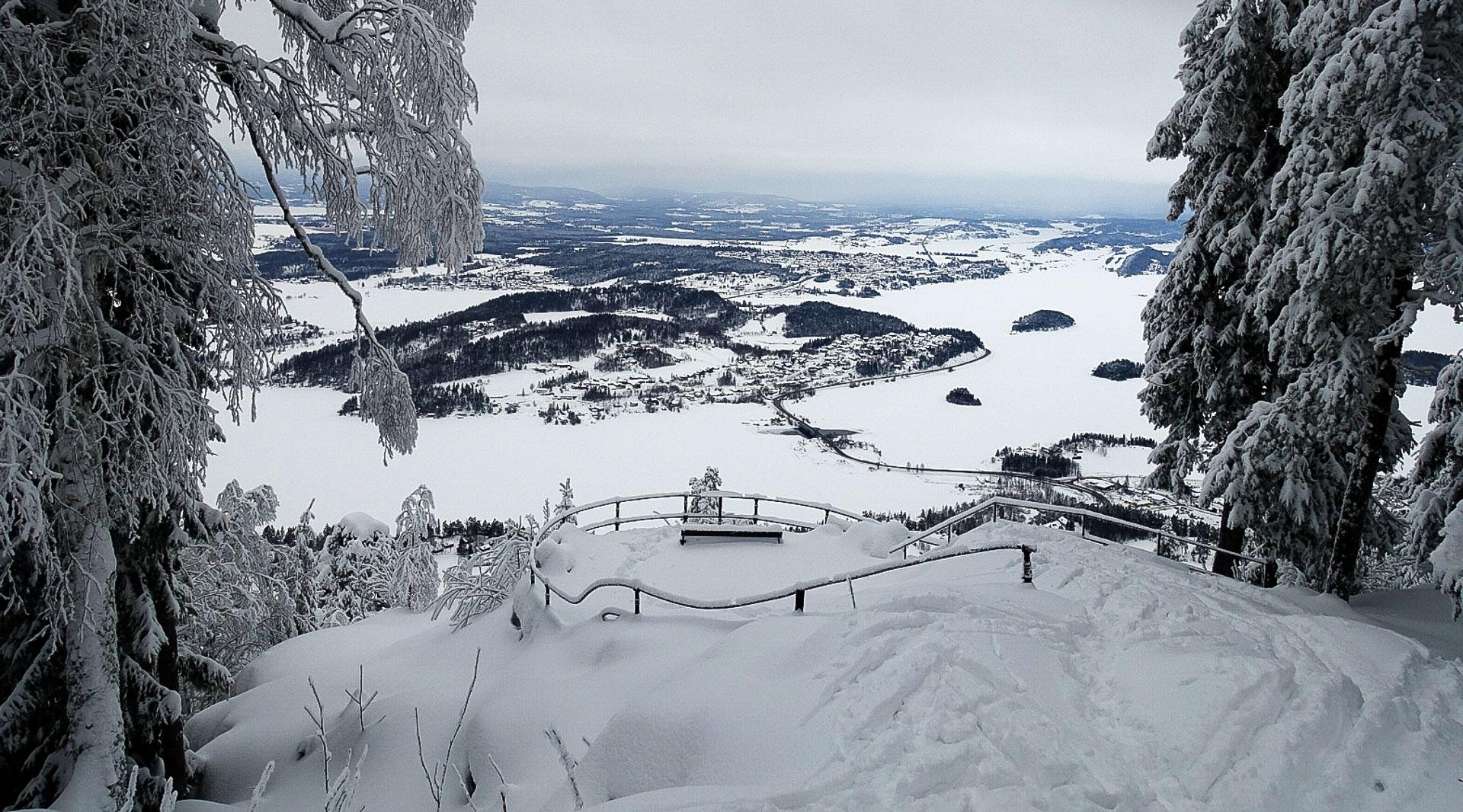 Fra Kongens utsikt ser vi Tyrifjorden, Steinsfjorden og store deler av Ringerike. Navnet har opprinnelse fra da kong Karl Johan var her i 1832. Det går sti og skiløype opp hit fra Kleivstua. Foto: Bjørnar Eidsmo.