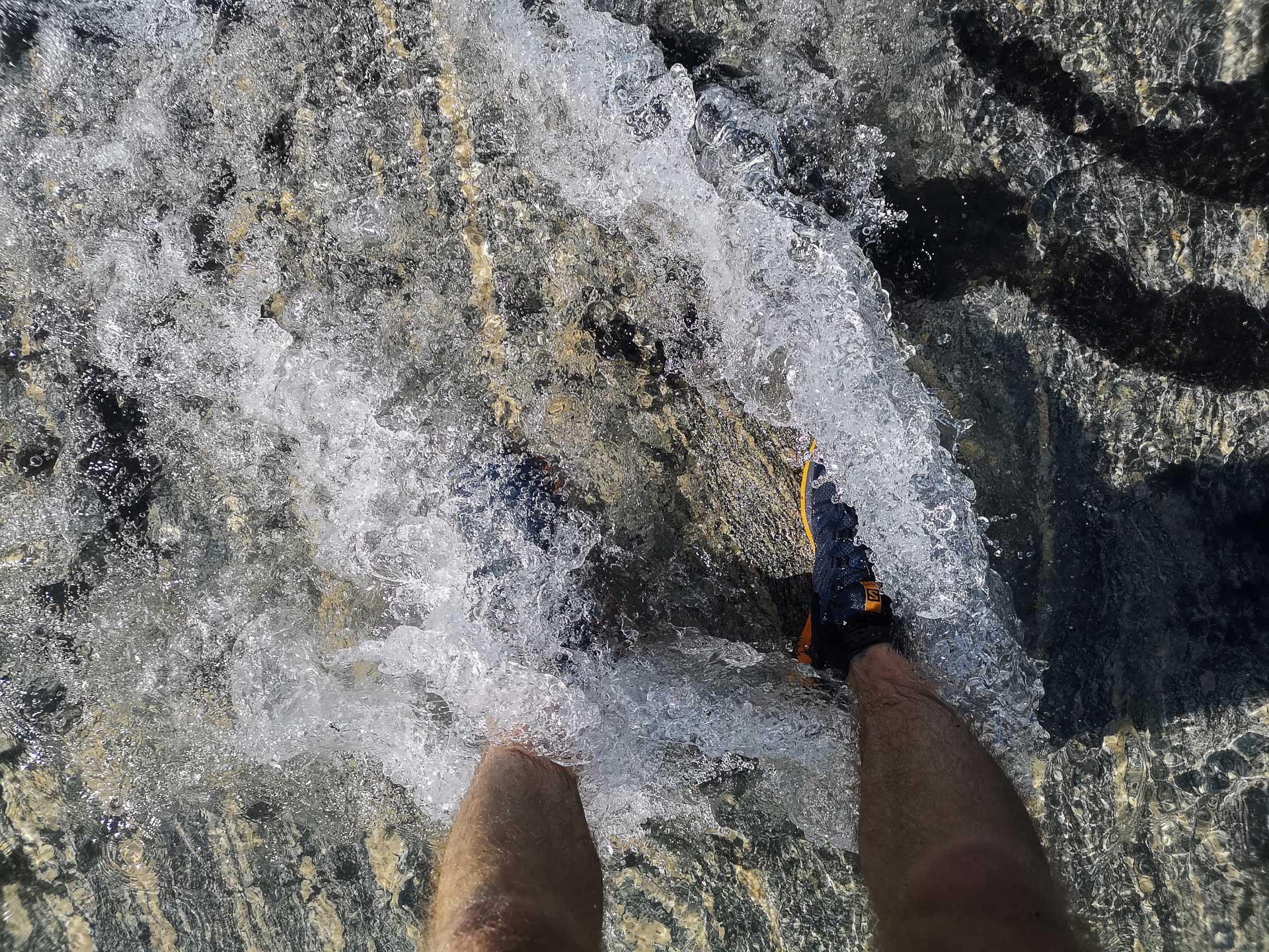 Vannet kjennes ikke kaldt. Strømmen masserer leggene.
